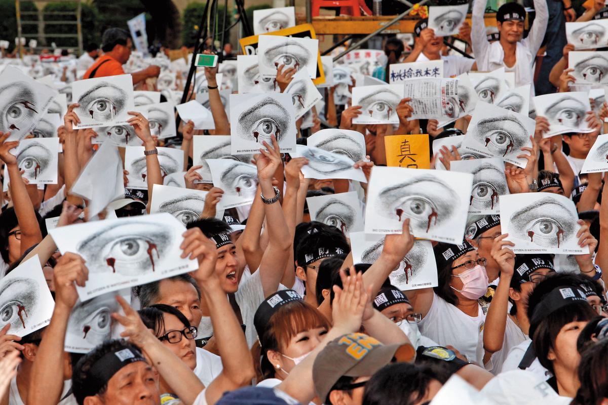 陸軍役男洪仲丘疑操練過度慘死,掀起台灣萬人白衫軍遊行。