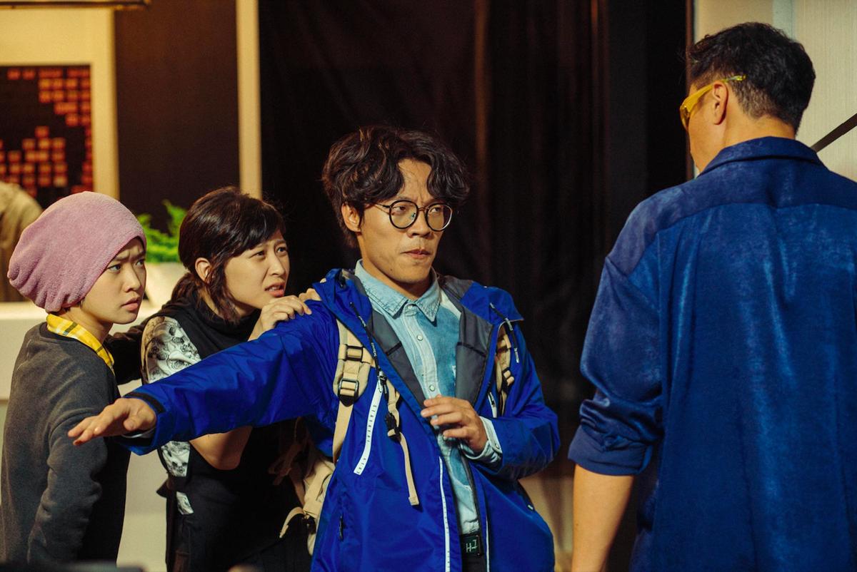 電影《花甲大人轉男孩》找來何潤東客串,還跟盧廣仲互偷桃。(氧氣電影提供)