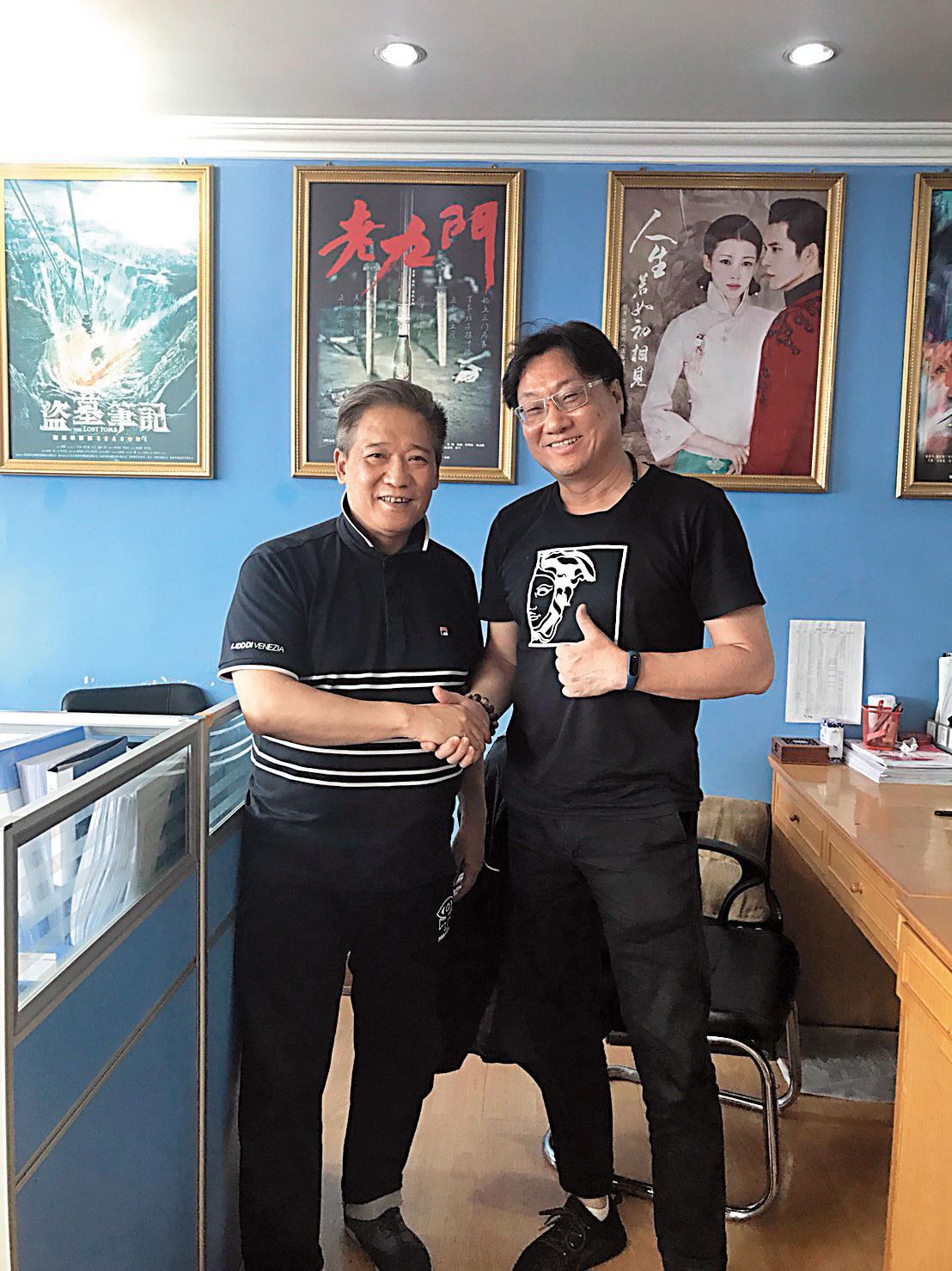 羅法平與香港製作人林國華因合作電視劇《飛刀又見飛刀》磨練出革命情感,2人名利雙收。 右圖為《飛刀》衍生商品。