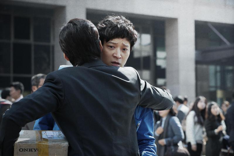 姜棟元主演的《宅配男與披頭四搖籃曲》,改編日本推理小說家伊坂幸太郎的同名作品。(CJ娛樂提供)