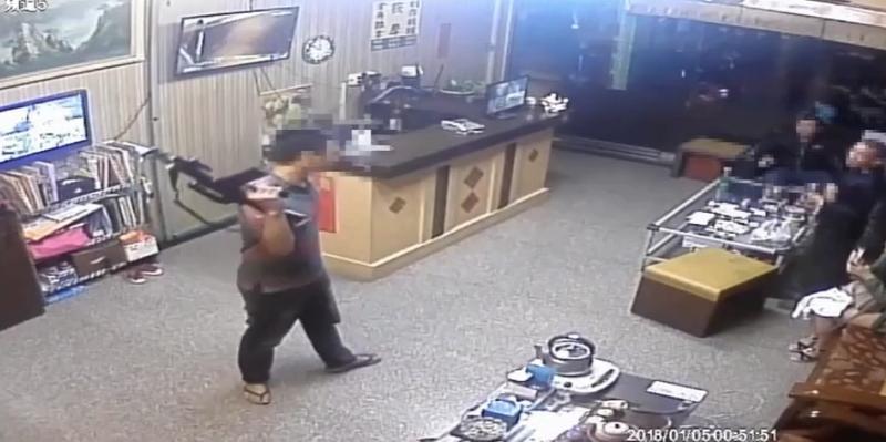 年僅24歲的張嫌,曾是槍擊要犯林豐德之子「仔仔」林健郡的手下,如今擁槍自重變成角頭老大。(警方提供)