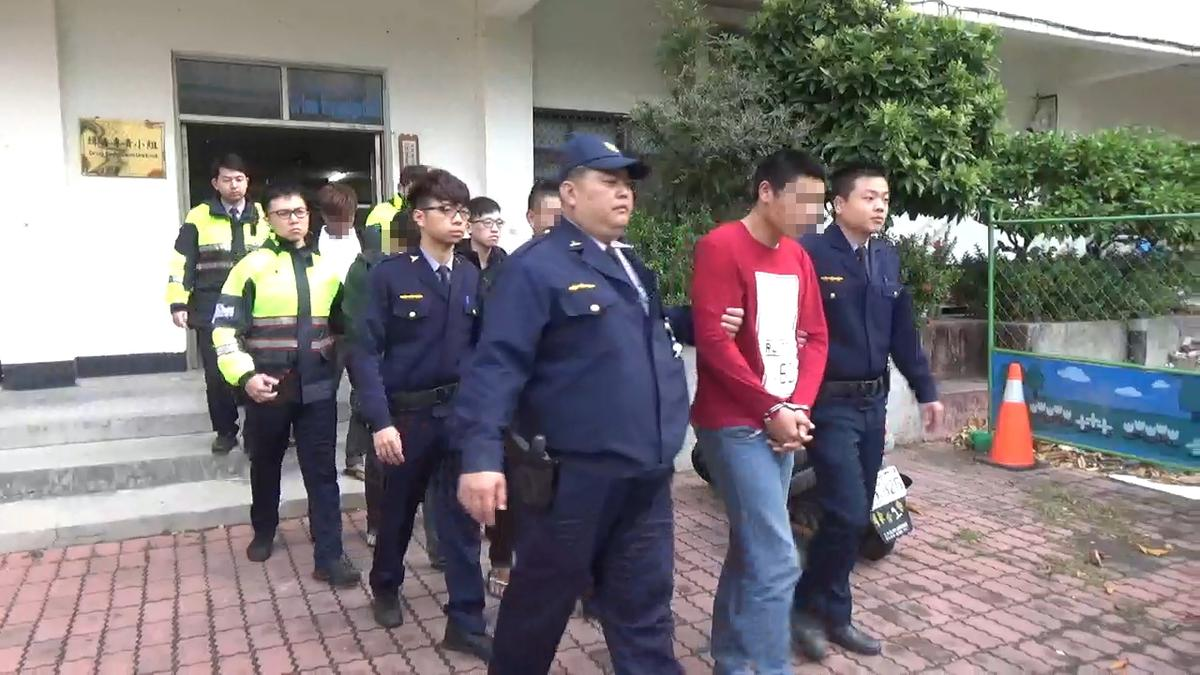 警方瓦解6名暴力集團份子,帶頭穿紅衣的就是張姓主嫌82年次,到處逞凶鬥狠 作風相當凶殘大膽。(警方提供)