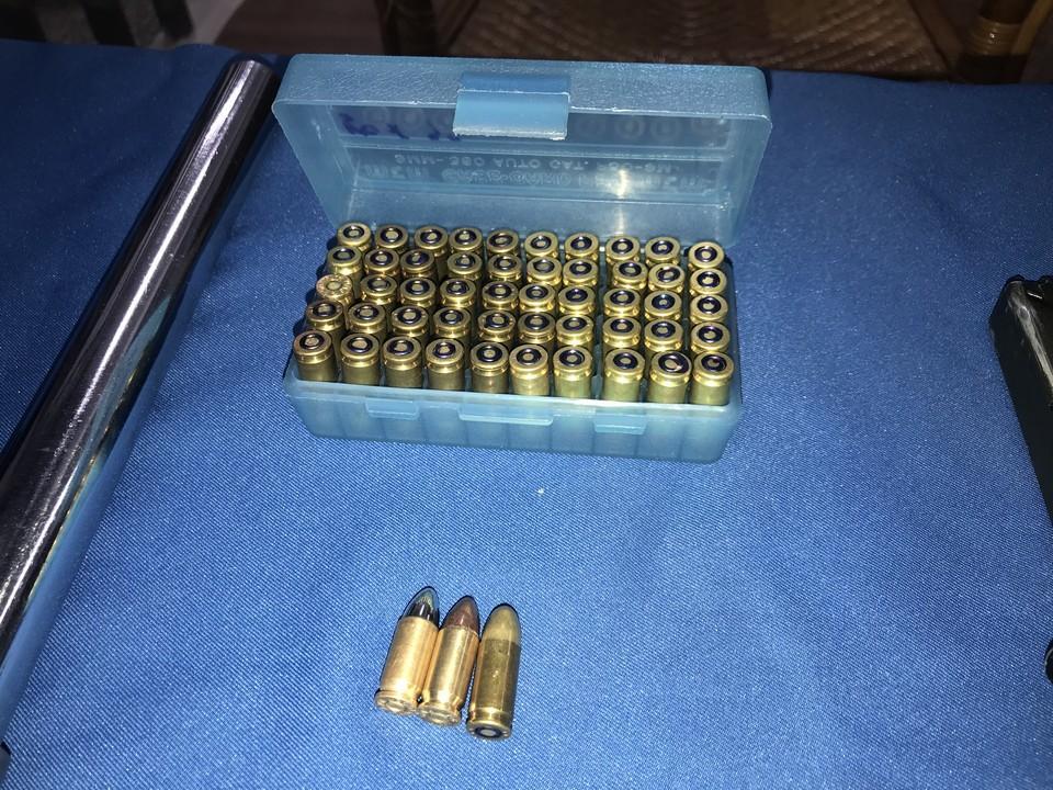 警方在朝嫌身上搜出53發子彈,還有一隻上膛的手槍,顯示張嫌隨時準備與警方生死戰,逮捕過程相當驚險。(警方提供)