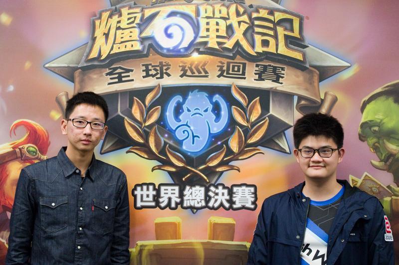 《爐石戰記》選手陳威霖(右)、曹祖霖(左)將代表台灣出戰世界總決賽,爭取高達25萬美元的冠軍獎金。