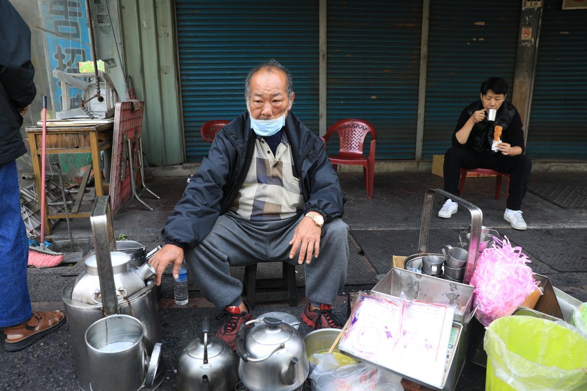 杏仁茶攤老闆是第2代,加上父親擺攤資歷,超過80年。