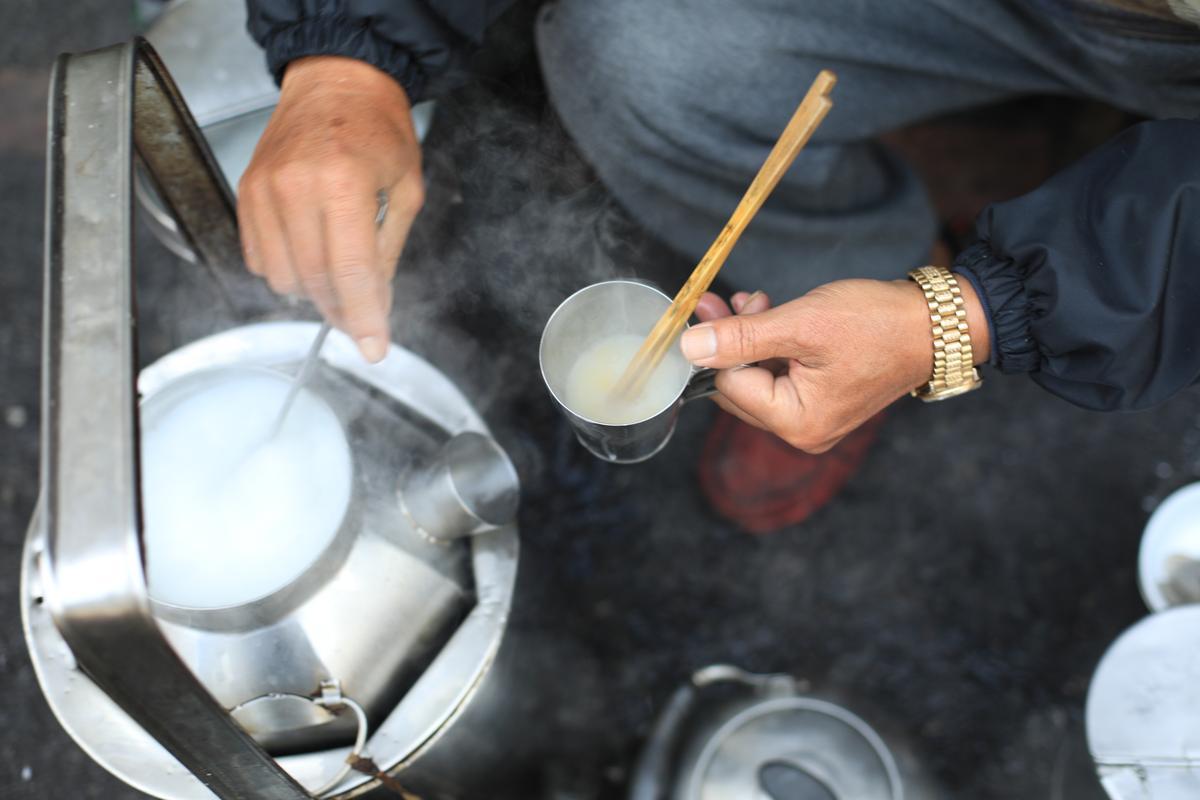 炭火保溫的「杏仁茶」,馨香味濃、略甜。(20元/杯)