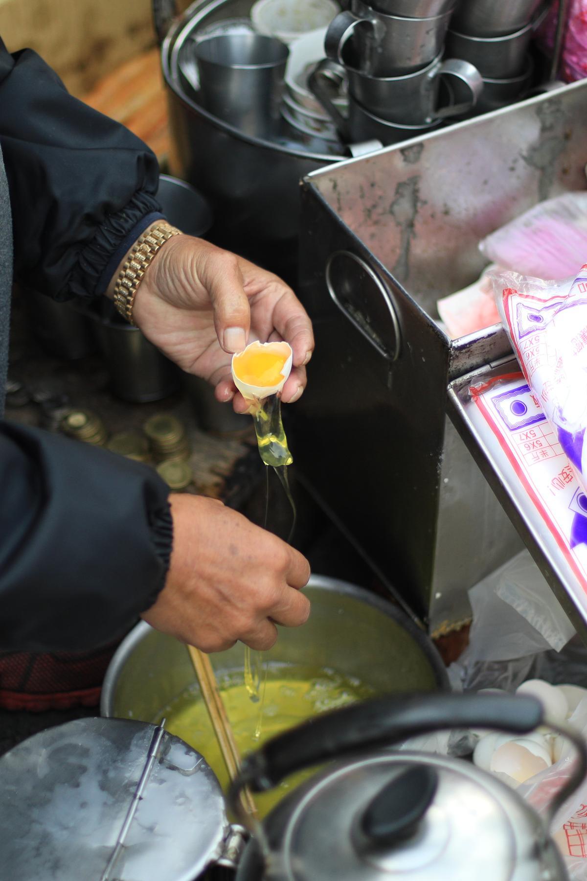 杏仁茶加蛋,只取蛋黃。