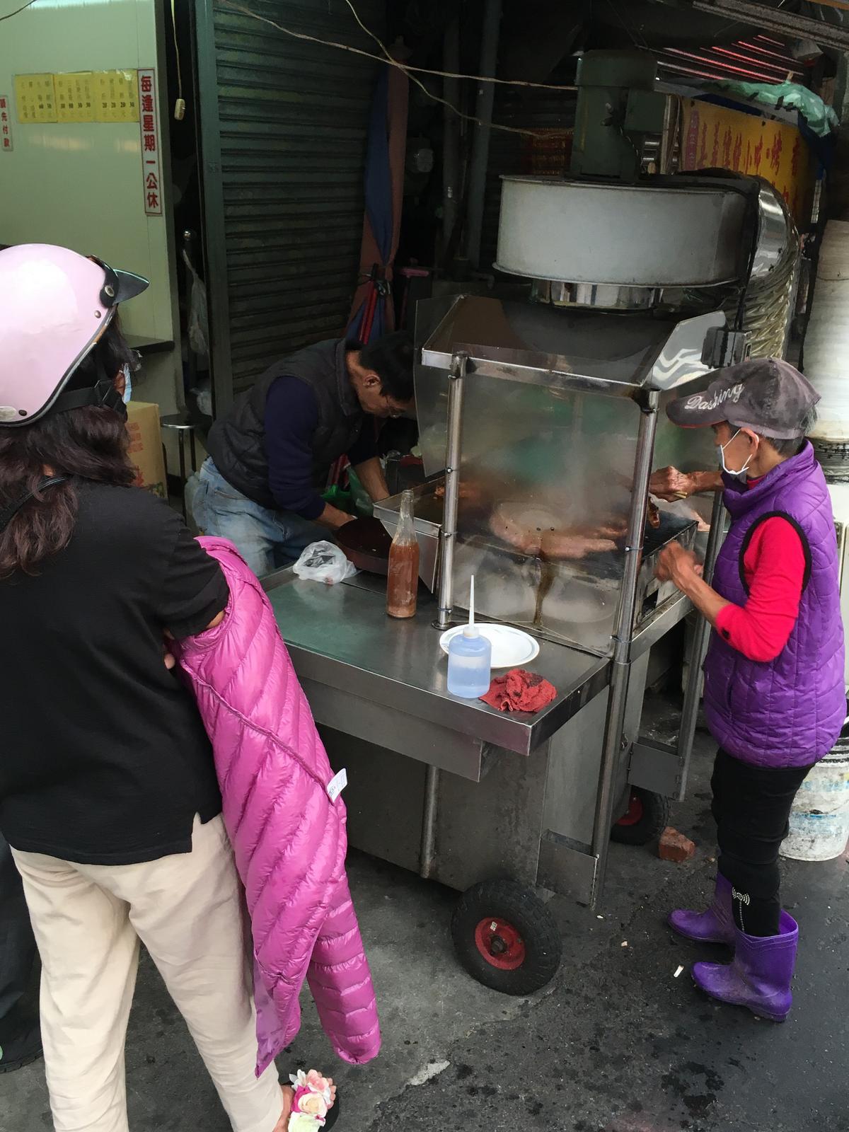 店面旁有個兄弟攤,專賣香腸和大腸。
