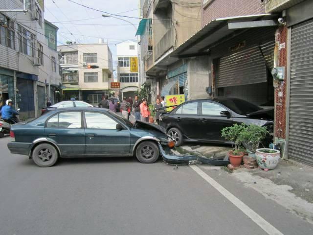 呂姓駕駛酒駕失控衝撞民宅,險波及2輛轎車,打橫路中間。(警方提供)