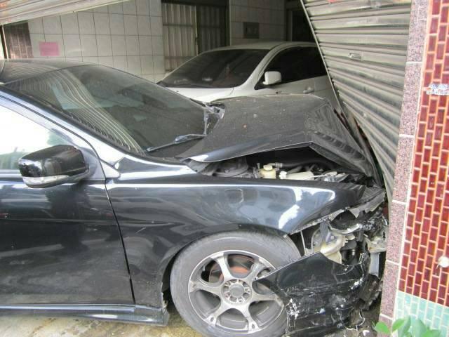 黑色轎車車頭毀損且民宅鐵門變形,可見衝擊力道之大。(警方提供)