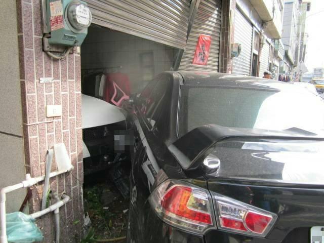 呂姓駕駛參加宴會喝多了,竟然酒駕撞民宅差5分鐘就可能釀出人命。(警方提供)
