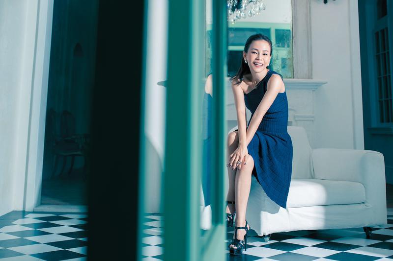 曾經彭佳慧看來面容憂苦,但如今,她被家庭溫柔滲透了,偶爾也洩露了開心幸福的氣息。