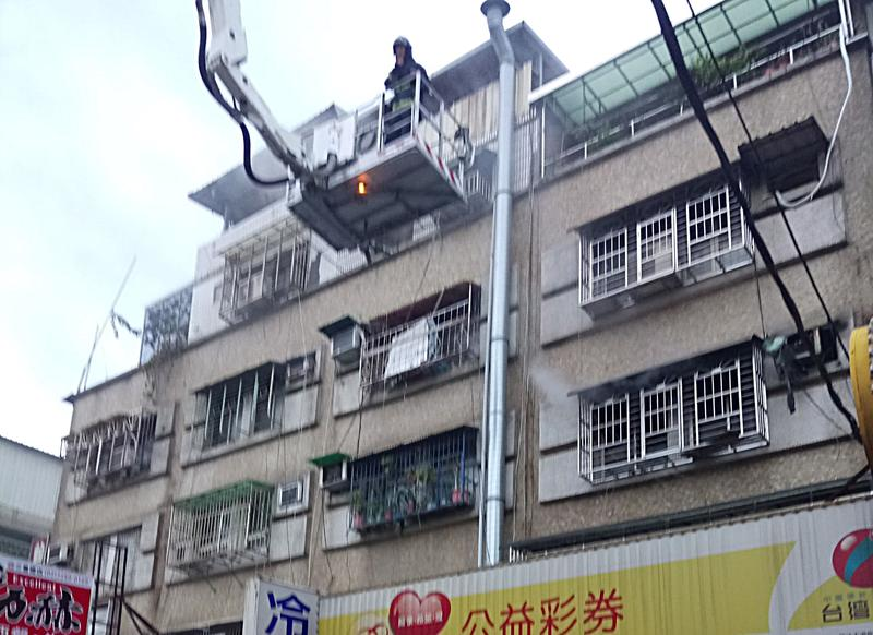 三重住家今晨失火,6人輕重傷送醫。