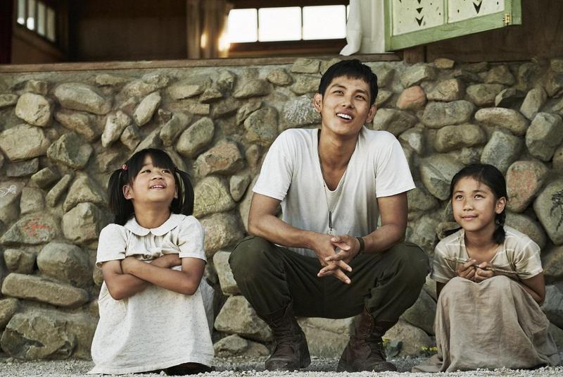任時完(中)首次挑大梁主演電影《記憶中的美好歌聲》,改編自1950年代韓戰時真實存在兒童合唱團的故事。(華聯國際提供)