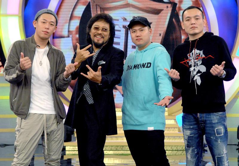 人氣團體玖壹壹上張菲節目跟著主持人一起搞笑。(華視提供)