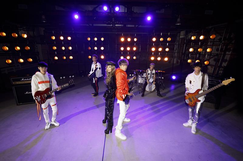 天后鄭秀文與八三夭樂團合作〈眉飛色舞PLUS〉,經典電音玩出新意,讓歌迷超振奮。(滾石提供)