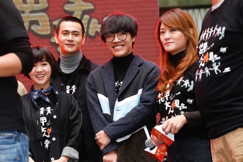 盧廣仲13日出席賀歲電影《花甲大人轉男孩》造勢活動,在台上獻唱全新歌曲《明仔載》。