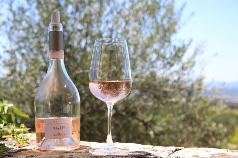 有著草莓、柑橘香氣的「Alìe」粉紅酒,來自佛卡提家族位於托斯卡尼最南端的Ammiraglia莊園。
