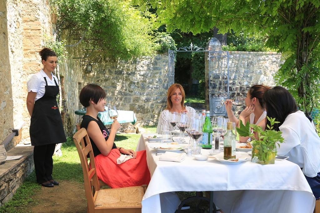 我們在卡斯提喬康朵莊園的小花園享用午餐、美酒與陽光。