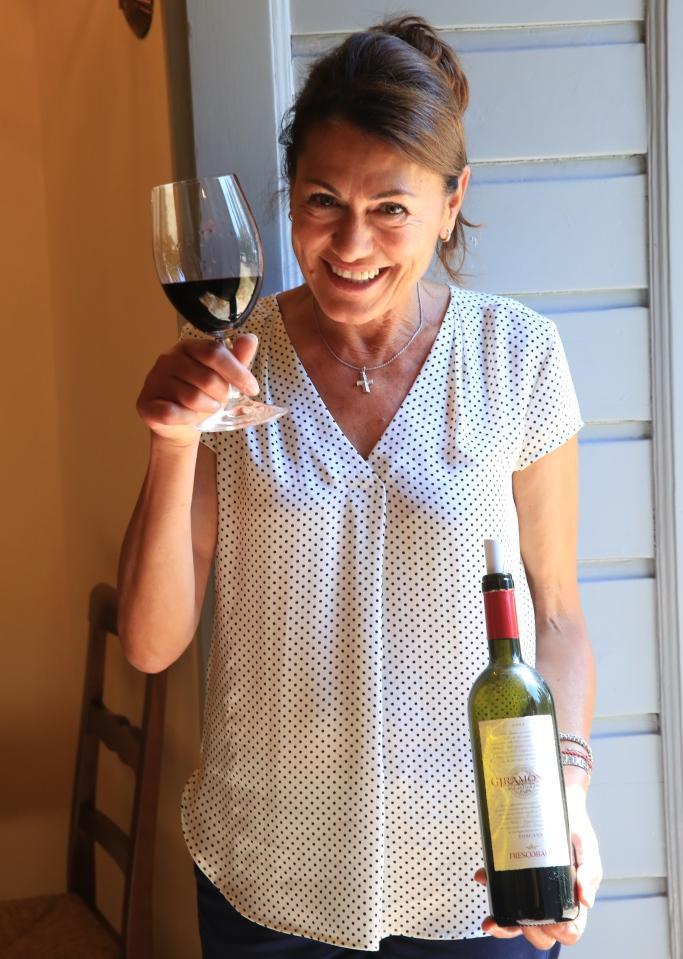 導覽人員手中的就是產量極少的超級托斯卡尼酒款Giramonte。
