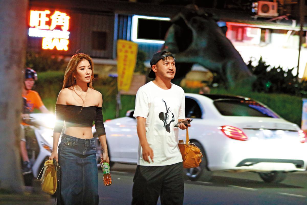 去年夏天,本刊拍到KID跟許維恩小倆口的逛街行程,他也幫女友提包包。