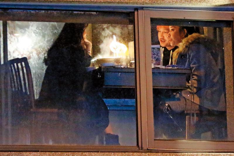 1月9日22:59,KID(中)跟許維恩(右)以男、女主人的姿態,跟一名女性友人用餐。