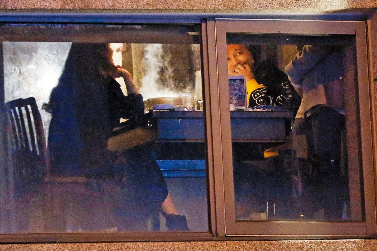 1月9日23:06,火鍋席間,許維恩(右)一直摸著肚子,對照之前上婦產科的新聞,可說是相映成趣。
