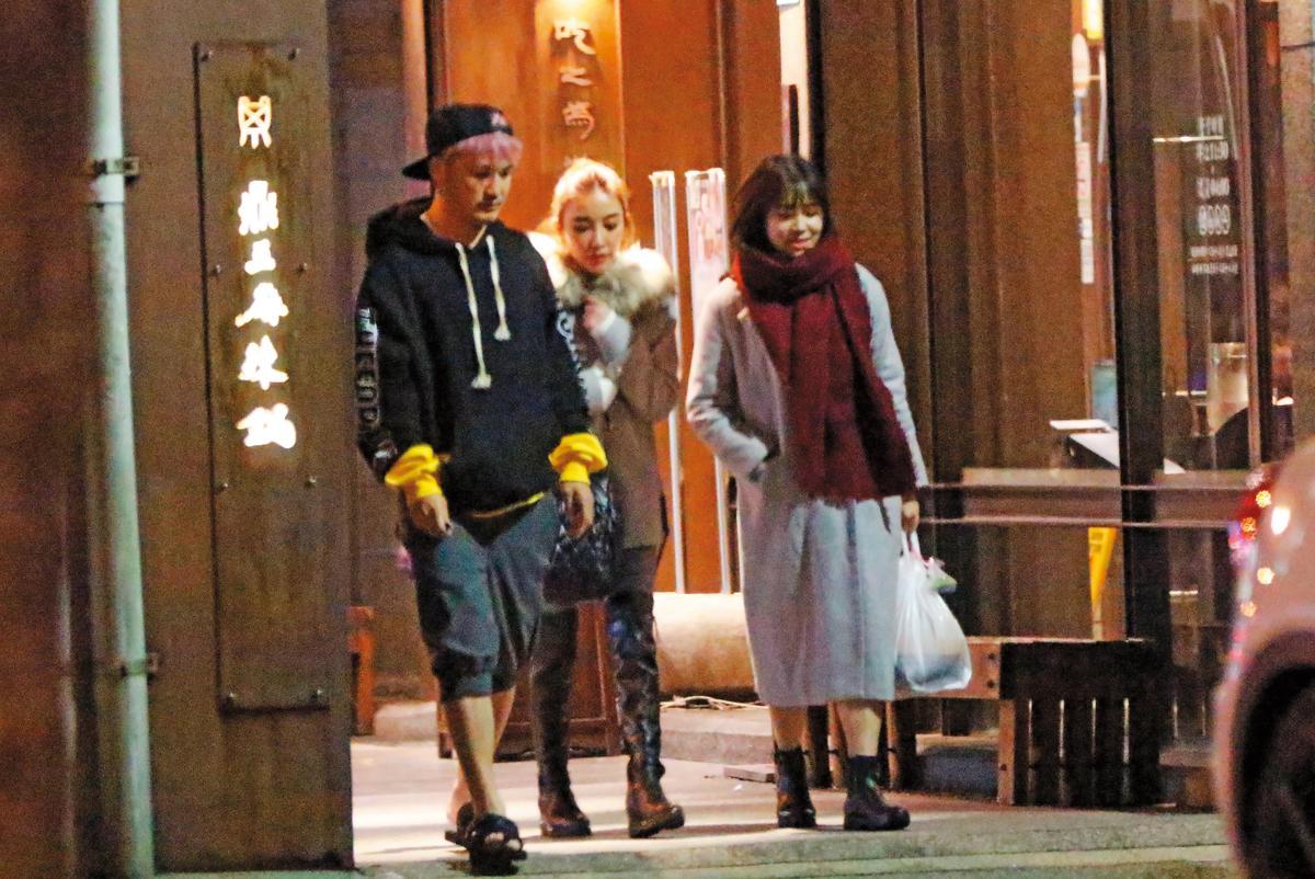 1月9日23:29,一行人吃完之後離去,KID(左)跟許維恩(中)像老夫老妻。