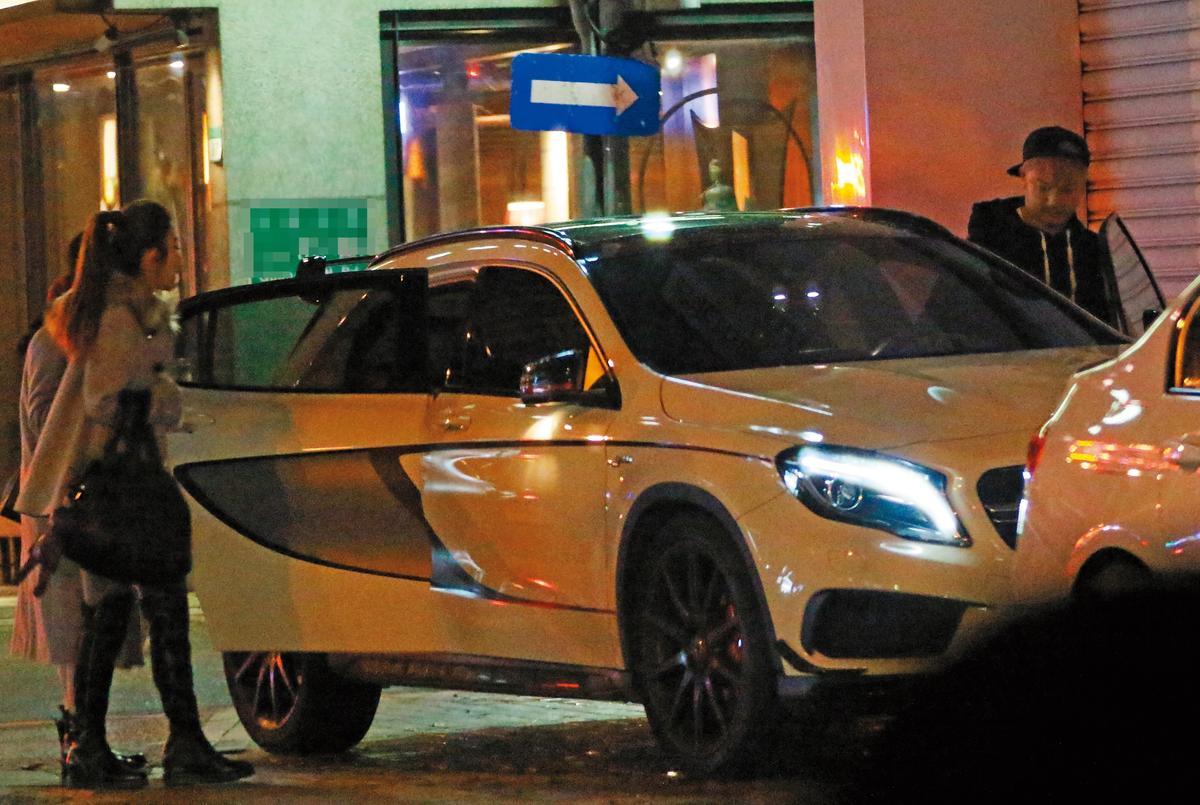 1月9日23:30,KID擔任車伕,載女友許維恩(左)和女性友人回家。