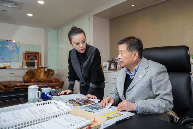 每天廖佩玲(左)還是必須將財務數字傳給父親(右),以及跟父親請益重大決策方向。