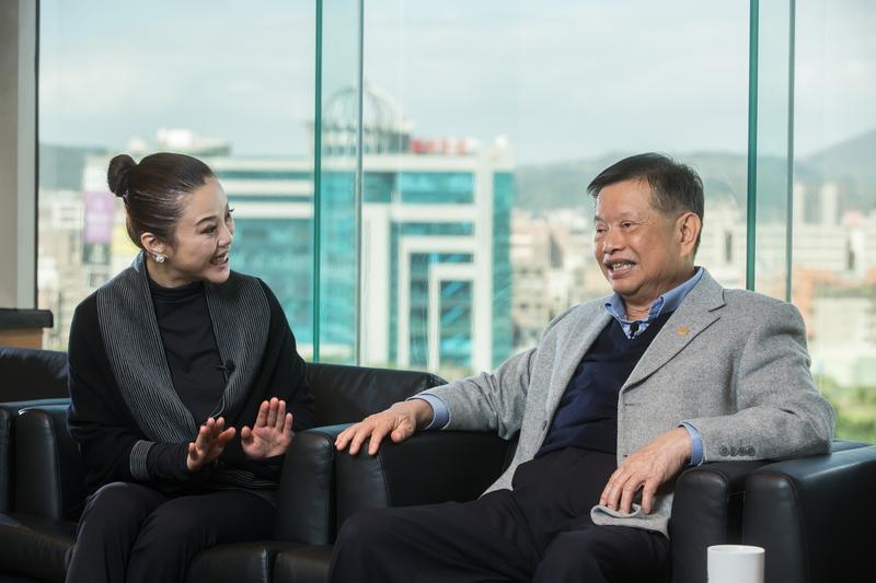 創業40年,走過大風大浪的廖萬隆(右),面對女兒(左)酒駕上媒體,坦白地回應:「就是不良示範。」