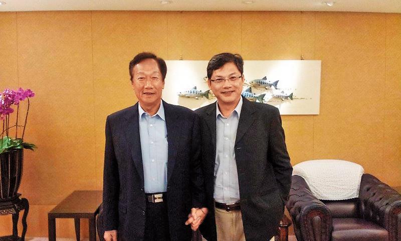 台科大特聘教授盧希鵬(右)是電子商務專家,與鴻海董事長郭台銘手牽手,顯示在企業的充沛人脈。(翻攝台灣科技大學官網)