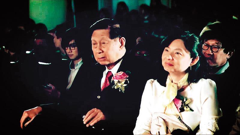 文大董事長張鏡湖(左前)及女兒張海燕(右)長期掌控董事會,卻在這次校長選舉中意外慘敗,顯示文大張氏王朝已經出現鬆動。(翻攝華岡藝術學校官網)