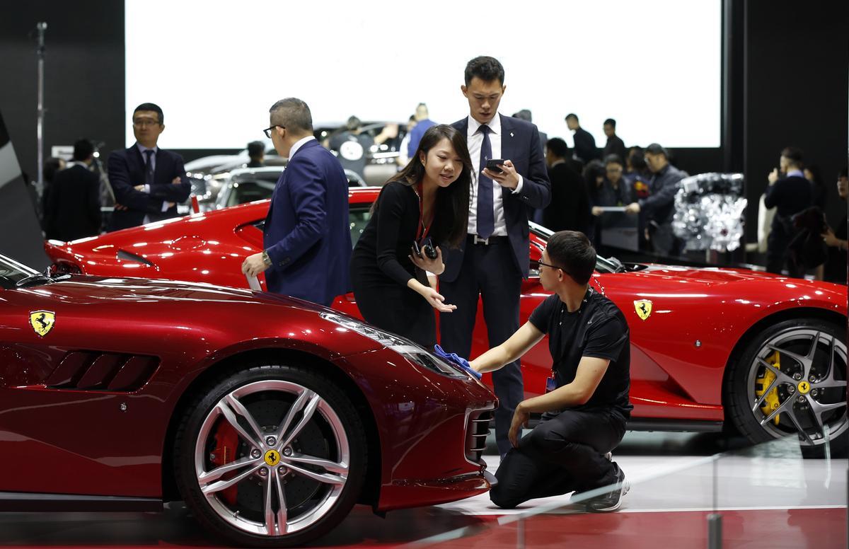 包括蘋果iPhone以及義大利法拉利跑車用到的鎢鋼零件,全都是由廖萬隆提供。