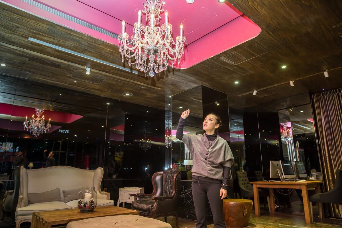 廖佩玲介紹環境時,一樓大廳還有一座耗資7位數的水晶燈。