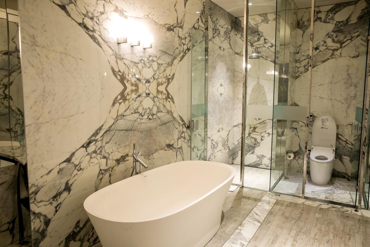 走進飯店套房,浴室配品用國際品牌是基本配備,衛浴設備就達百萬元。