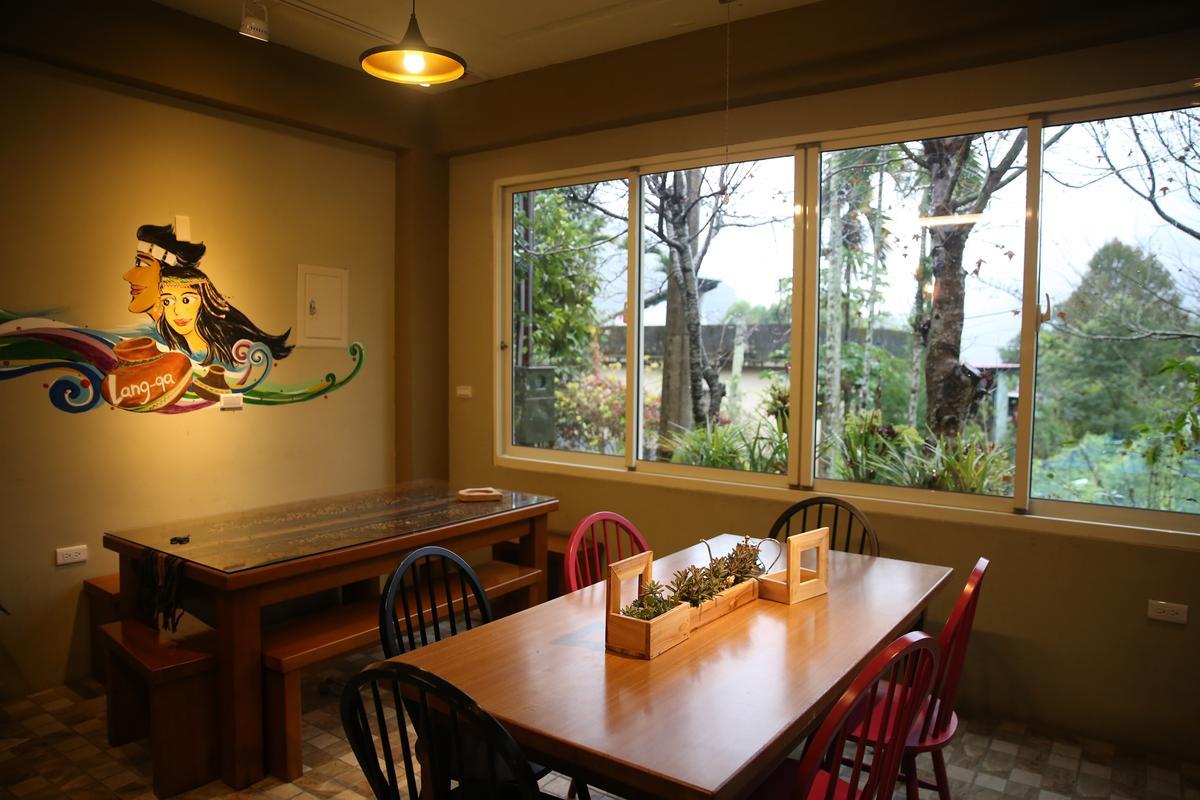 「嵐卡咖啡」的窗外風景充滿自然綠意。