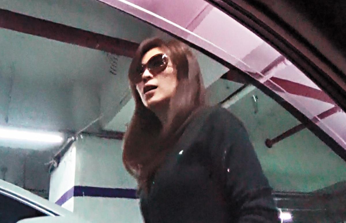 女老師在昏暗的地下停車場,依舊戴著墨鏡,十分低調。