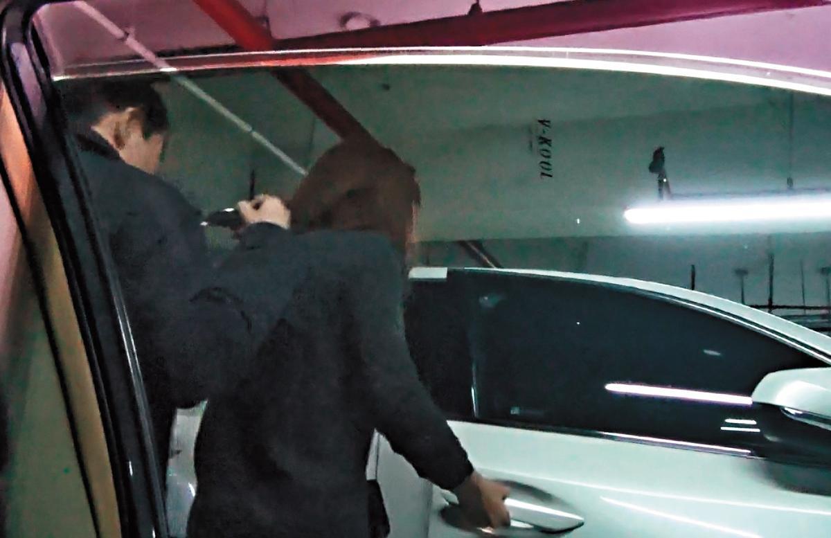 2017年12月25日,許世龍與女老師在昏暗的地下停車場,依舊戴著墨鏡,十分低調。