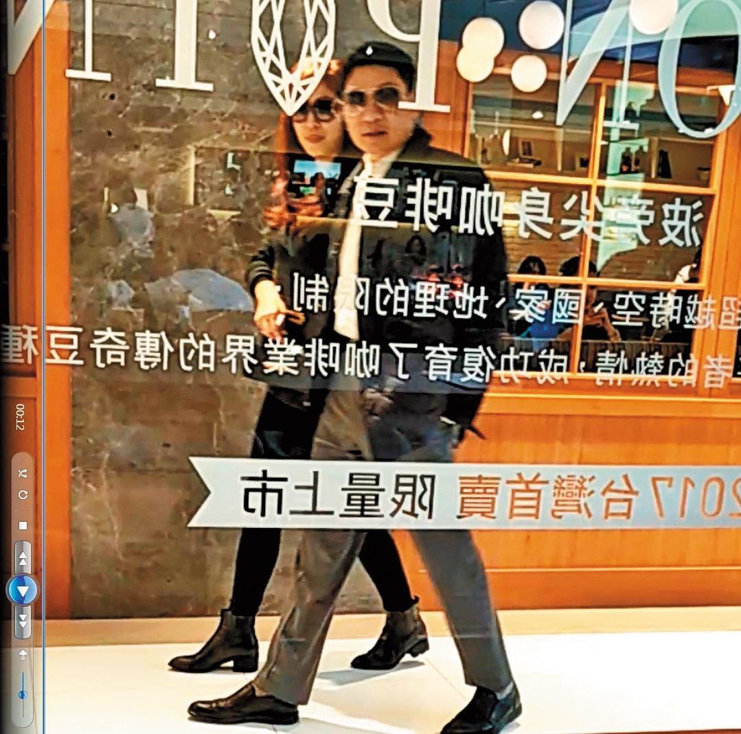 2017年12月25日,許世龍(右)與女老師(左)吃完下午茶後,不約而同戴起墨鏡,親密地並肩而行。