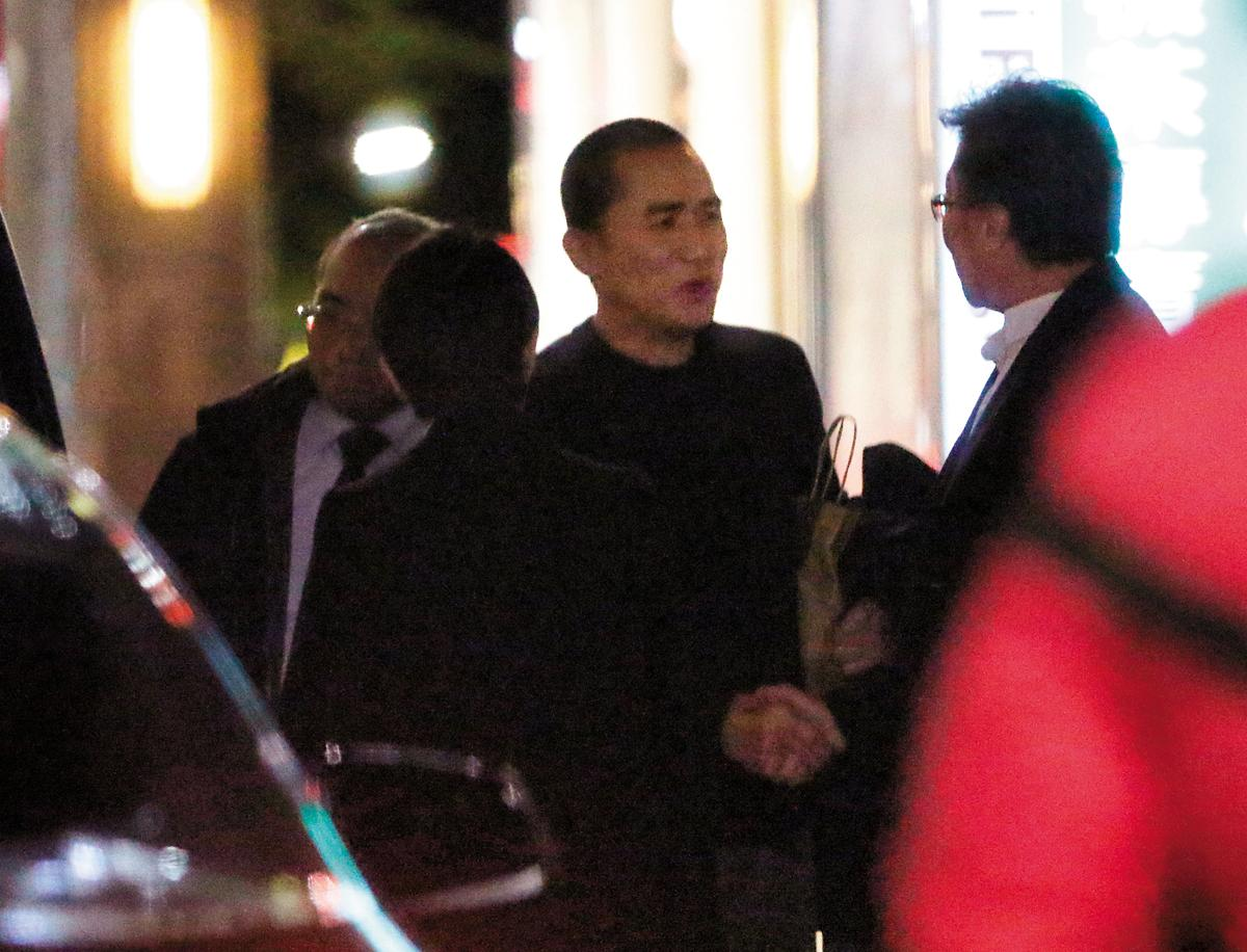 1月11日晚上20:28,晚餐後梁朝偉(右二)跟張大春(右一)話別,隨後他就回到飯店。