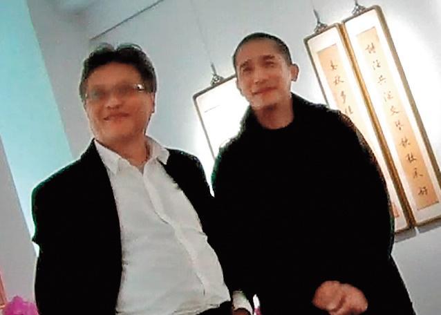 1月11日14:14,張大春(左)領著梁朝偉導覽,兩人交情深厚。