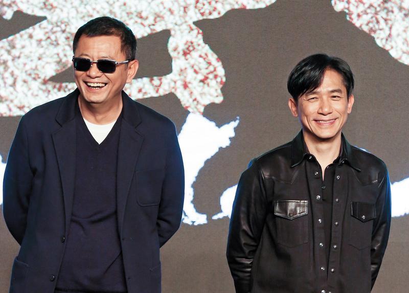 王家衛(左)、梁朝偉兩人合作過多部電影,他們跟張大春的關聯,就是因為電影《一代宗師》的編劇顧問是張大春。(東方IC)