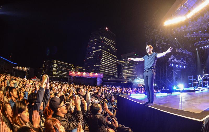 謎幻樂團隔了2年半再度來台開唱,選在戶外場地吸引2萬歌迷朝聖。(Live Nation理想國提供)
