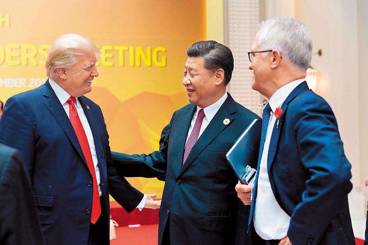 川普(左1)多次大讚中國領導人習近平(左2)是好領袖,還稱2人是朋友,只是隨著北韓與美國隨時開戰,川習互動引人注目。(翻攝Whitehouse Flickr)