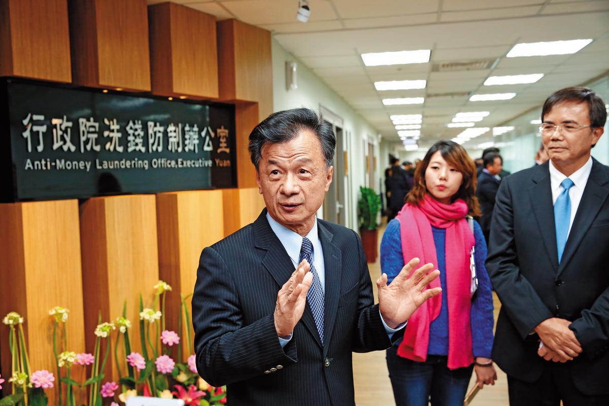 邱太三(左)主掌的法務部這次出重手,嚴懲油商,避免一場國際風暴。圖為洗錢防制辦公室揭牌照。