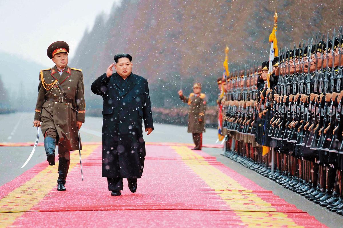 金正恩(左2)視察部隊宣揚軍威,一度誇下海口稱,「再制裁我100年也不怕。」(東方IC)