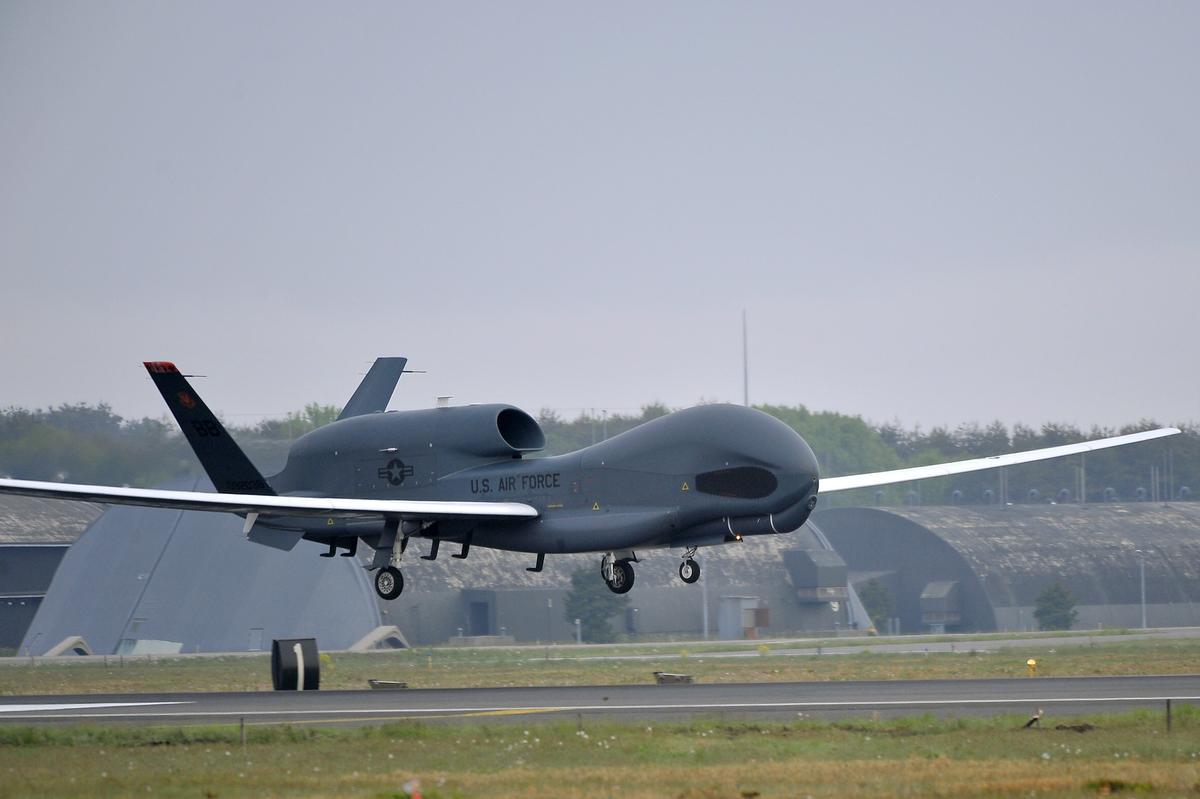 美國全球鷹無人偵察機,拍下比利恩88號在公海上賣油給北韓的過程。(東方IC)