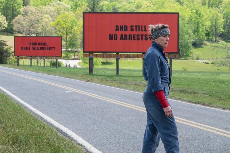 《意外》描述法蘭西絲租下小鎮的廣告看板,寫上質問警方字句,表達對案發數月卻遲未能破案的憤怒。(福斯提供)
