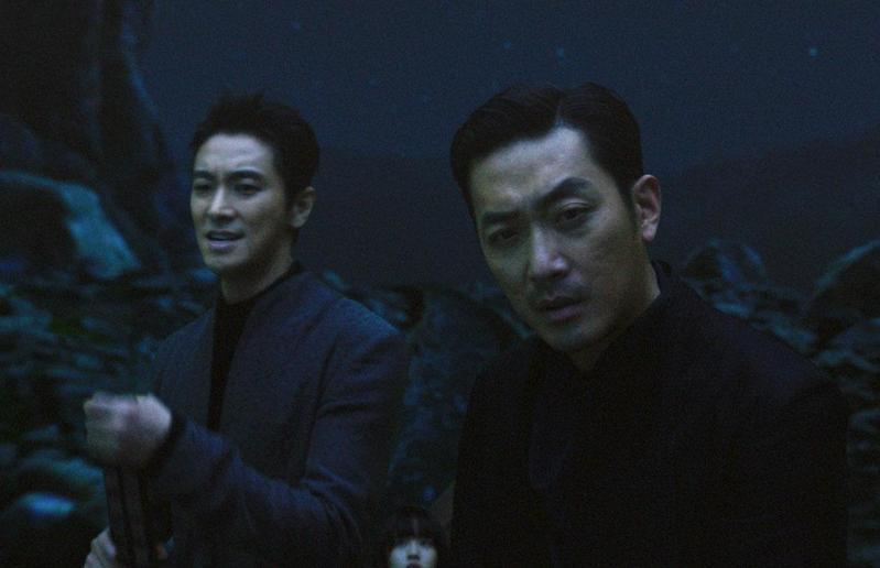 《與神同行》觀影已突破1300萬人次,讓河正宇(右)、朱智勳成為韓國影壇最炙手可熱的演員。(釆昌國際多媒體提供)